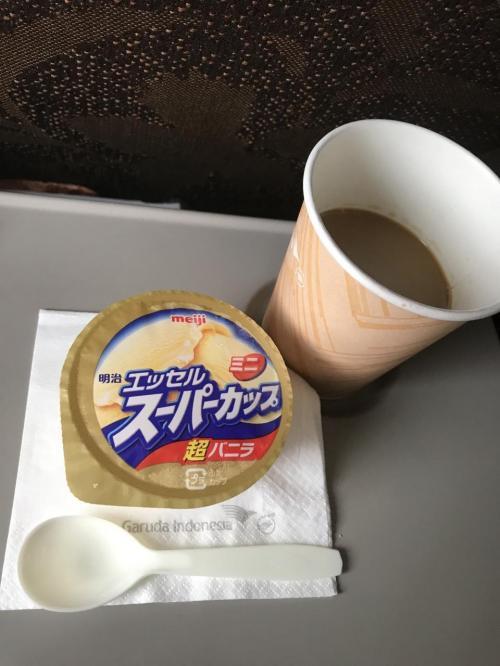 ガルーダ直行便でバリに行ったトラベラーの皆さんがよくコメントしている着陸前のアイスクリームのサービス。コーヒーとよく合います。