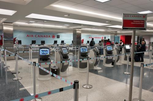 旅の2日目、早朝の4:30。<br />ここからはANAのアメリカ発券を利用します。<br />まずはバンクーバーへ。<br />なぜかオンラインチェックインが出来ず、一度ランドサイドに出て、チェックインカウンターへ向かった。<br />昨夜はエアサイドで空港泊したのだ。