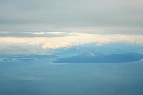 機内では結構寝てた。<br />バンクーバーを囲む山々は雪で真っ白。