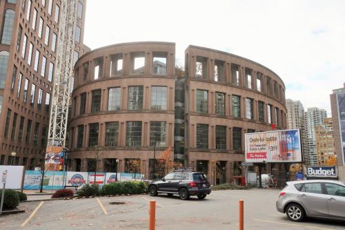 駅から歩くこと徒歩5分。<br />独特の形をしたこの建物が最初の目的地。