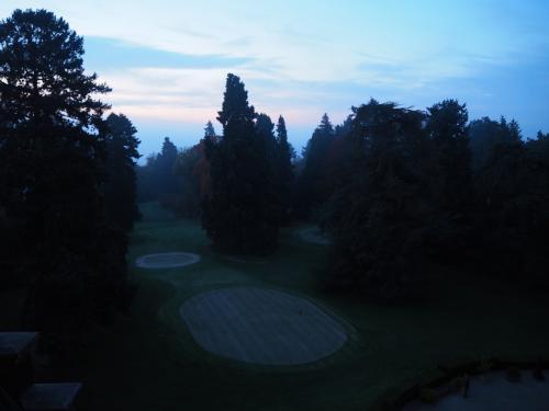 最終日の朝、7:30。<br />部屋の外から見た庭。ぼんやりと靄がかかっている。