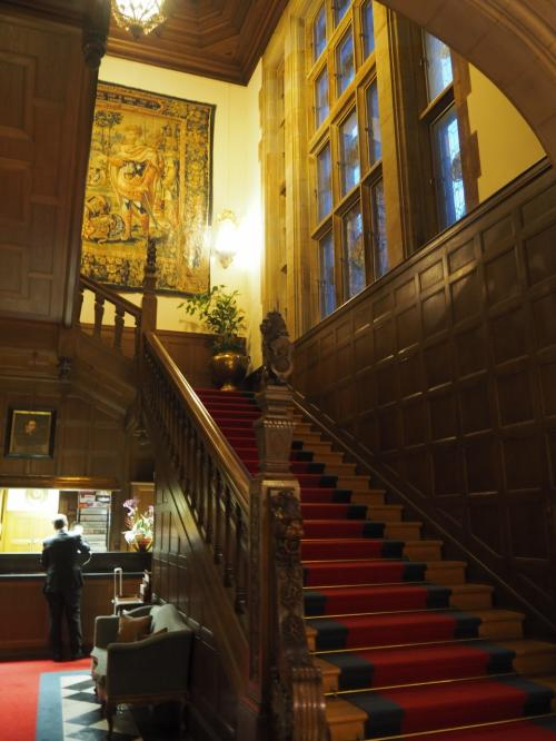 階段の奥がフロントになっている。<br />ここでフランクフルト中央駅までのタクシーの手配をお願いした。