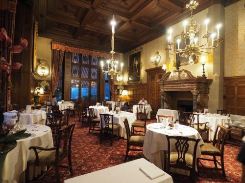 昨日訪れたレストランが朝食会場になっている。<br />夏場は外のテラス席も開放されるが、さすがに秋が深まって来たこの時期は、屋内のみだった。