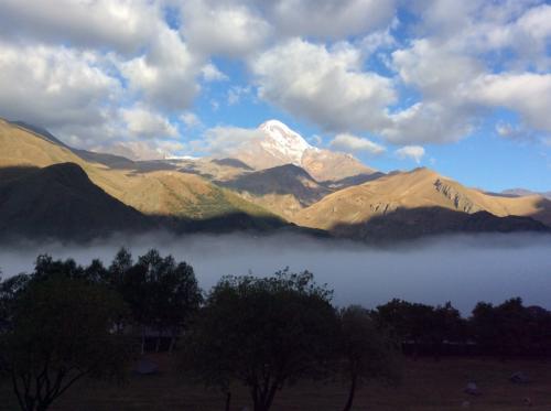 カズベキ山は姿を現しましたが、麓の街が雲海ですっかり覆われてしまいました
