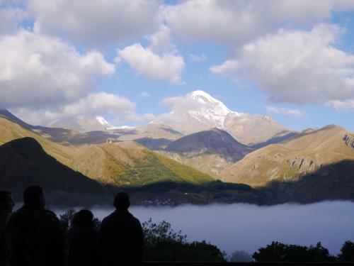 カズベキ山にかかる雲がなかなか取れません