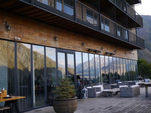 ホテルのガラス窓に山が写ります