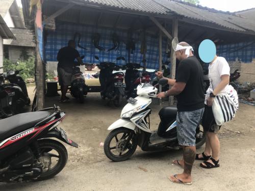 島へ着いたら早速バイクをレンタル。<br />排気量は125CC。免許は必要ないらしい。<br />レンタル料はツアー料金に込み。