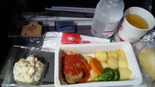 エア・カナダで成田からカルガリーへ<br />機内食 夜ごはん