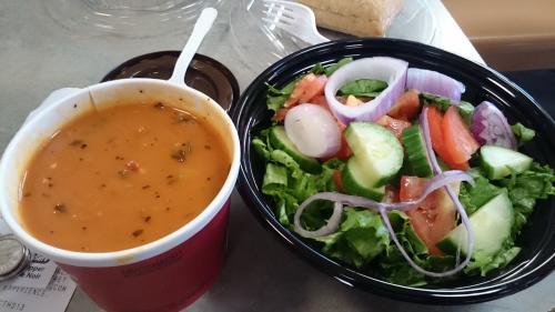 昼御飯用のスープとサラダ<br />友達が注文したサラダとスープ<br />の後で、<br />セイム プリーズ <br />同じものが注文で来てよかった。