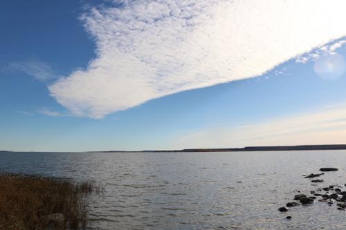 トイレの奥に湖が広がっていました。<br />湖の上には雲
