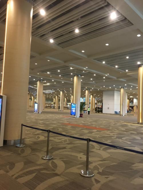 空港は、新しくなったとのことで、ピカピカ綺麗です。<br />それにしても、人がいない!<br />イミグレも並ぶことなく、荷物もあっという間に出てきました。