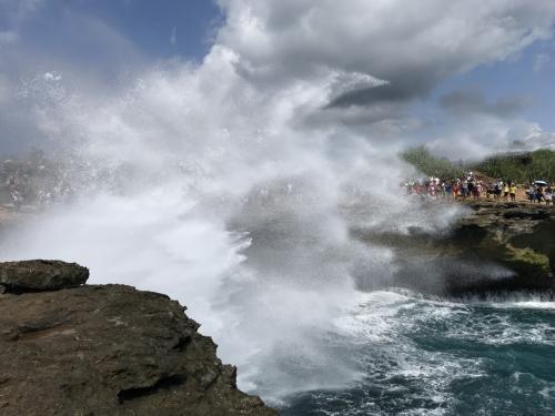 岩に跳ね返って、こんな状態に。<br />これだけでも大自然を満喫した気分になるのですが・・・