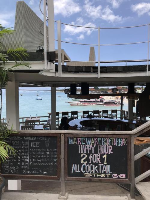ランチはワレワレサーフバンガローズのカフェでいただきました。<br />目の前にはエメラルドグリーンの海が広がっています。