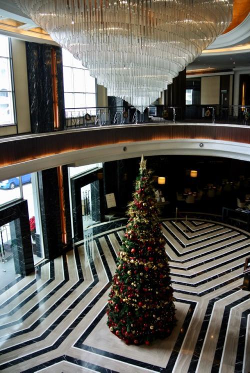 さて、せっかくのお楽しみのホテル。<br />思う存分お散歩です。<br /><br />まずはエントランスのツリー。