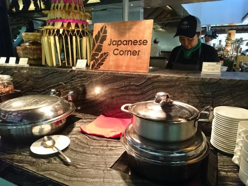 6:30、朝食。<br />日本食コーナーは2品。<br />みそ汁・揚げた魚の照り焼き風味。<br />