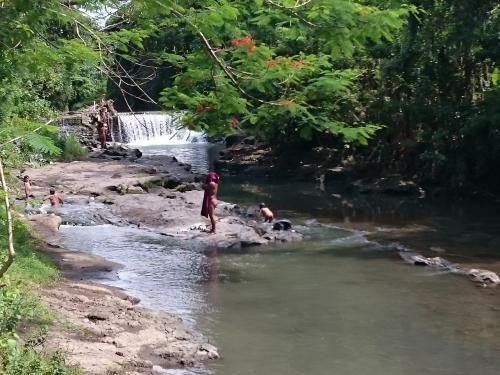 同じ川で現地の人が水浴び。<br />真っ裸でした。