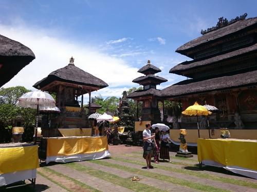 11:50、【バトゥアン寺院】<br />バリズー近くの寺院。<br />無料ですが寄付として一人Rp10k。<br />腰巻(サロン)を借りて入ります。
