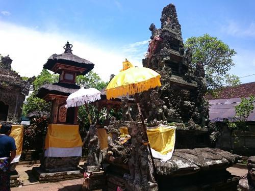 944年建立の歴史ある寺院。<br />彫刻が美しい。