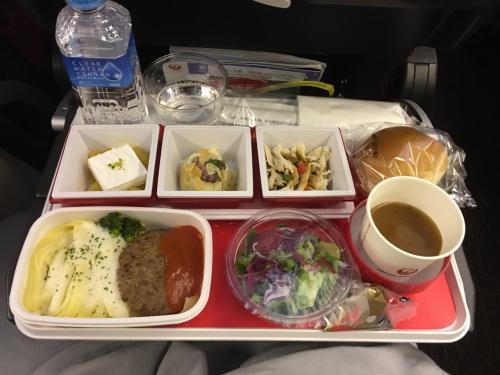 機内食はRED-U35シリーズ。<br />ラウンジで腹いっぱいのまま乗り込むからちょっと勿体ないけど、普通にうまかった。