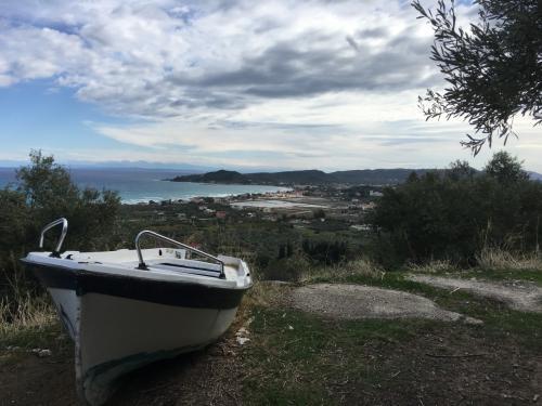 ☆Greece-Zakynthos★<br /><br />「ザキントス」<br />空港からレンタカーでシップレックビーチに向かう。ザギントスタウンを抜けて北上していくと、島の名産であるオリーブ畑を通り過ぎて行く。<br />途中、何故か放置されたボート。背後の木は全てオリーブ!