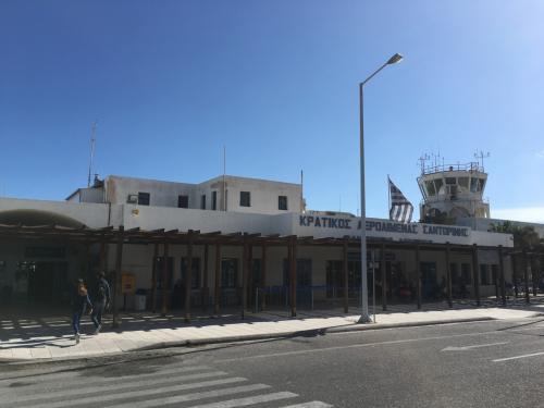 サントリーニ空港はいかにもギリシャって感じのリゾート空港。