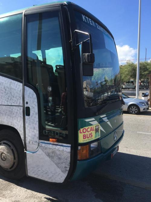 空港からはバスでイメロヴィグリに向かう。直通のバスはないのでフィラのバスターミナルでイア行きに乗り換える。バスは1.8ユーロやけど、乗り換えたらそれぞれに1.8ユーロがかかる。フィラやイアは終着やから余裕でわかるけど、イメロヴィグリとかは車掌のアナウンス(放送ではなく、叫んでる)をよく聞いとかな乗り過ごしてしまいそう。
