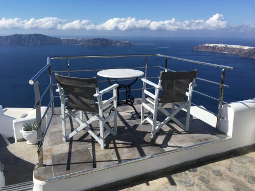 ☆Greece-Santorini-Imerovigli★<br /><br />「イメロヴィグリ」<br />そして、部屋の前にはテラスが!エーゲ海を望みながら優雅に食事やティータイムを過ごすことができる。これだけ見れば、どんだけリッチなとこ泊まったんや!?て思われそうやけど、オフシーズンも相まってか、日本のビジネスホテル一泊分の価格!