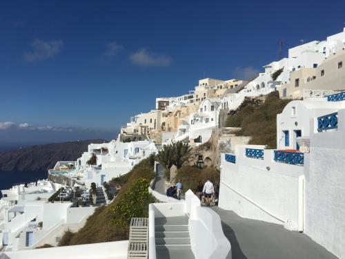 ☆Greece-Santorini-Imerovigli★<br /><br />「イメロヴィグリ」<br />実際、写真撮りながらやけど海岸サイドを1時間ぐらい歩いて、バス道に出ると、バス道にして徒歩7分ぐらいの距離しか歩いてなかったり。