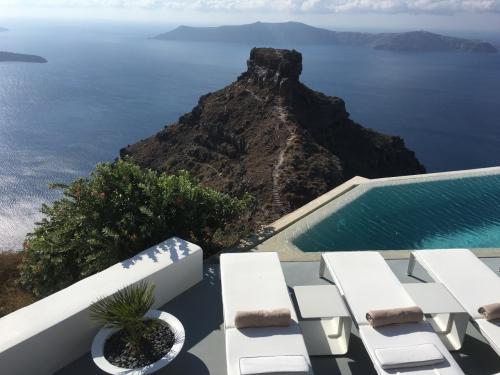 ☆Greece-Santorini-Imerovigli★<br /><br />「イメロヴィグリ」<br />イメロヴィグリの街の真ん前にある「Skaros rock」もちろん、岩の上に登ることもできる。往復してるとけっこういい時間かかるから諦めた。