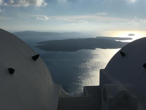 ☆Greece-Santorini-Imerovigli★<br /><br />「イメロヴィグリ」<br />陽が傾いてきた。<br />夕日の時間帯もまた美しいのでじっくりと鑑賞したい。