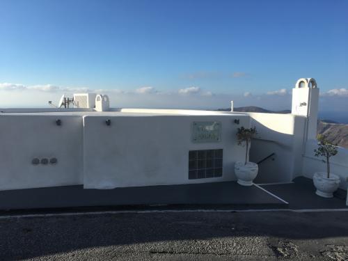 ☆Greece-Santorini-Imerovigli★<br /><br />「イメロヴィグリ」<br />今日の宿は「Villa lukas」<br />イメロヴィグリはフィラやイアに比べて宿泊費が安いのと、観光客用のヴィラと地元の人の民家が混在した雰囲気がいい。