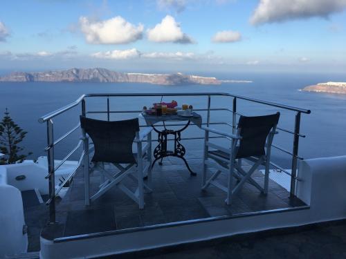 ☆Greece-Santorini-Imerovigli★<br /><br />「イメロヴィグリ」<br />翌朝はエーゲ海を見ながらのブレックファースト。<br />まぁ、季節柄、太陽が照ってないとけっこう寒かったりするのでゆったりとは食べれへんけど。
