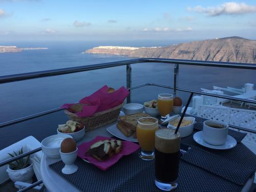 ☆Greece-Santorini-Imerovigli★<br /><br />「イメロヴィグリ」<br />朝食は前日にオーダー表を提出しておくと、時間に届けてくれる。<br />朝の出発が早い場合は前日の夜に軽食を届けてくれた。