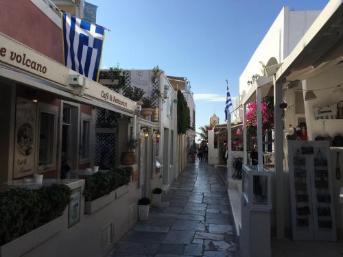 ☆Greece-Santorini-Oia★<br /><br />「イア」<br />路地はこんな感じ。<br />カフェやレストラン、お土産屋やブランド品の店が並ぶ。