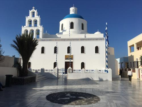☆Greece-Santorini-Oia★<br /><br />「イア」<br />メインスクエアと教会。メインスクエアはバスターミナルへ行く際の目印となる。