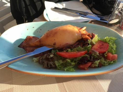 ☆Greece-Santorini-Oia★<br /><br />「イア」<br />レストランで早めのディナー。<br />イカの中身はチーズベースでうまかった、イカがめちゃ柔らかい。