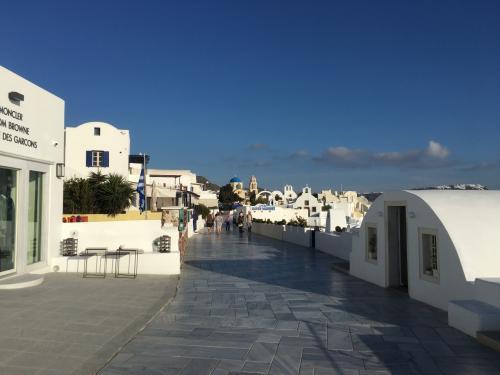 ☆Greece-Santorini-Oia★<br /><br />「イア」<br />まもなく中心部の終着。<br />そろそろビラに戻って夕日を見に行きます。