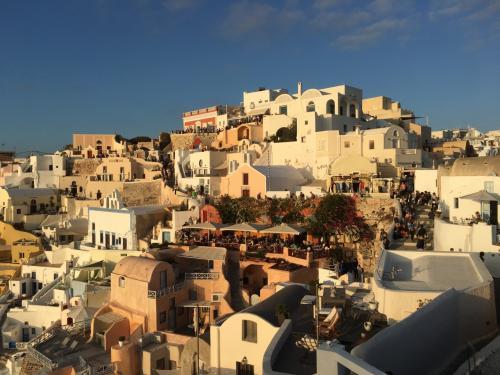 ☆Greece-Santorini-Oia★<br /><br />「イア」<br />イアキャッスルに戻る。ここが夕日鑑賞の中心地。続々と人が集まってくる。ガイドブックには3時間前ぐらいから場所取りしたほうがいいと書いてあったけど、実際けっこう早く行きました。