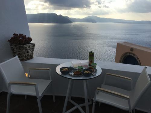 ☆Greece-Santorini-Oia★<br /><br />「イア」<br />翌朝、カルデラビューで朝食を。ホテルではないので、朝食はないけど、冷蔵庫にハムやチーズやヨーグルトなど、食材をたくさん入れてくれてるので調理して食べる。カルデラビューの部屋なのでテラスからはエーゲ海が見渡せる。ちなみに上階のビラはサンセットビューの部屋で部屋から世界一のサンセットがみれる贅沢な部屋となっている。サンセットビューの料金は不明やけど、高級ビラが多いイアの中でカルデラビューは格安やった。