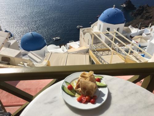 ☆Greece-Santorini-Oia★<br /><br />「イア」<br />ちょっと枠組み被ってるけど、この景色!加えてサーモンがたっぷり入ったトルティーヤも美味。カフェでゆったりとしてイアを満喫し、イメロヴィグリに戻ります。あと、サントリーニ島でけっこう見かけたのが、レンタカーの代わりのレンタルバギー。コンパクトで移動し易そうやし、面白そうやった。けど、これも季節によっては寒そう。。