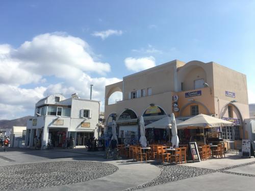 ☆Greece-Santorini-Oia★<br /><br />「イア」<br />イアのバスストップ。<br />この写真は人がはけた後やけど、イメロヴィグリに比べると全然人が多い。