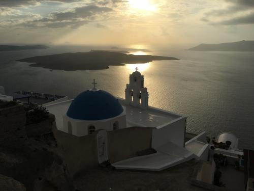 ☆Greece-Santorini-Firostefani★<br /><br />「フィロステファニ」<br />これがフィロステファニのハイライトである教会。ちょうど十字架が夕陽に照らされてて、なんだか良いことありそう??午後からは逆光なので、この感じで撮るなら夕方か、順光なら午前中がおススメ。上の看板のような青い屋根&青い海が撮れるはず。