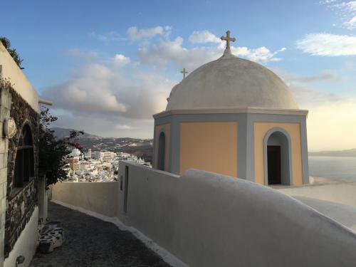 ☆Greece-Santorini-Firostefani★<br /><br />「フィロステファニ」<br />さらにフィラへ向かって歩いてくと、青く塗られていない教会も。