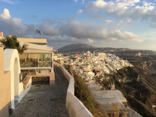 ☆Greece-Santorini-Firostefani★<br /><br />「フィロステファニ」<br />ようやく見えてきましたフィラの街。