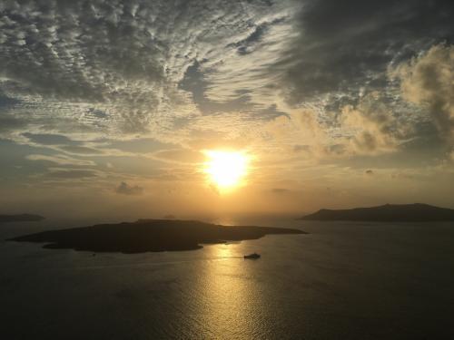 ☆Greece-Santorini-Fira★<br /><br />「フィラ」<br />この日もまた夕陽を楽しむことができた。サントリーニ島滞在中はほんまに天候にも恵まれた。10月は泳いだりはできひんけど、割と天気は良いらしく十分に楽しめる気候です。