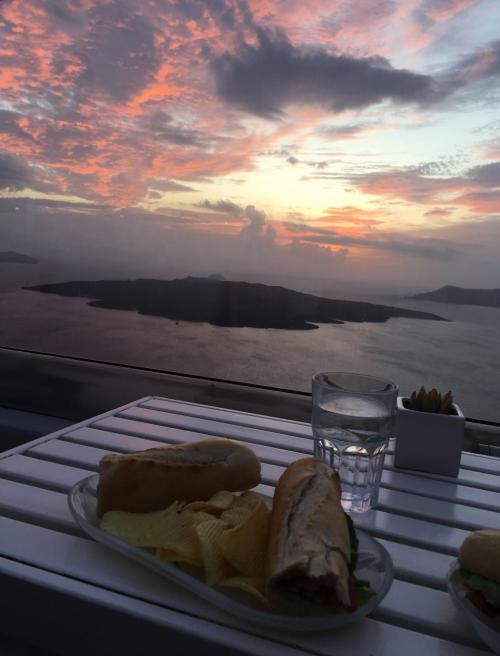☆Greece-Santorini-Fira★<br /><br />「フィラ」<br />夕暮れの中軽食のディナーを頂く。ここもフィーリングでぱっと入った店やったけど、展望抜群で最高やった。食事の後はバスでイメロヴィグリまで戻る。フィラからイメロヴィグリまではイア行きのバスで約7分程。30分間隔で運行してて、最終は20:30やったかな。楽園みたいやったサントリーニ島もこの日まで。翌朝、早朝のフェリーにてアテネへと戻ります。
