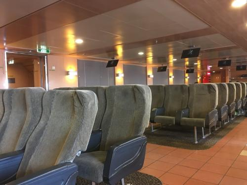 ☆Greece★<br /><br />エアーシートラウンジ。定刻でも7時間以上、この日は9時間以上かかったので、やっぱエアシートがおススメ。そこまで料金は高くはない。wifiは有料。席によってコンセントもあるけど、指定席やから混雑してきたら充電できないかも。パロス島でいっぱい人が乗ってきて、ほぼ満席やった。
