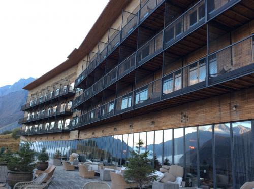 ステパンツミンダ(カズベキ)の3泊中2泊はルームズホテルカズベキです。ホテルのホームページからTwin Room - Mount Kazbegi Viewを直接予約しました。空室状況に変化があり、1泊ずつ手配したので値段が違いますが、9/25泊US$233.64(税込み) 9/26泊US$228.92(税込み)でした。<br />https://roomshotels.com/kazbegi/