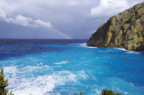 ☆Greece-Zakynthos★<br /><br />「Elation」<br />けっこう下ってくると、ターコイズブルーの海が見えてきた!この時点でナバイオビーチではないことは分かったけど、せっかくなので突き進む。鮮やかな海のブルーと虹のコラボが美しすぎた!