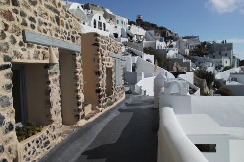 ☆Greece-Santorini-Imerovigli★<br /><br />「イメロヴィグリ」<br />海岸サイドの小道を歩いて、写真なんかも撮ったりしてると2時間近くかかる。